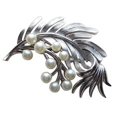 Gorgeous TRIFARI Signed Faux Pearl Vintage Brooch