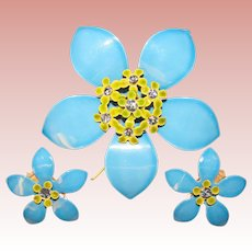 Awesome 1960s Flower Power Blue Flower Enamel Rhinestone Vintage Brooch Set