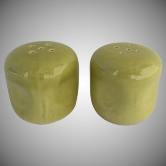 American Modern, Russel Wright, Chartreuse Salt and Pepper Shakers, Organic Minimalist, MCM Dinnerware, Steubenville Pottery 1940s