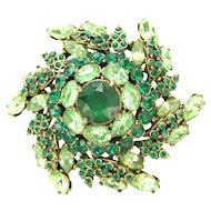 31785a - Signed HOLLYCRAFT 1952 Peridot & Emerald Color Rhinestones Brooch/Pin