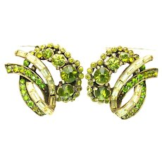 39503a - Hollycraft 1955 Olivine Chaton & Jonquil Baguette Stones Clip Earrings