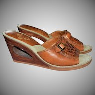1970s Kinney Shoes Brazil Made Woven Leather Wood Cut-out Heel Slip On Sandals ~ Size 6.5 / 7