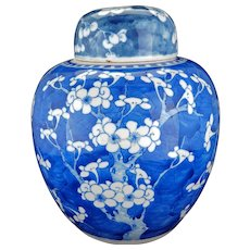 Large Chinese Kangxi blue and white prunus and cracked ice design lidded ginger jar 18th century