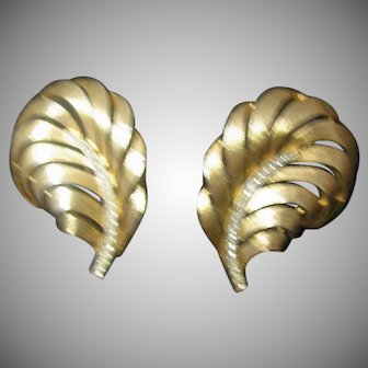 Lovely Trifari Sweeping Leaf earring