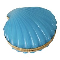 Opaline glass box in the form of a clamshell