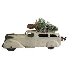 "1930 Wyandotte White Sedan / Greens - ""Bringing Home The Tree"""