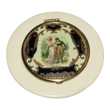 Molded Bakelite Courting Couple Powder Compact Bk Pc