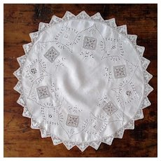 Round Filet Lace Cloth Embroidered Animal Scalloped Hem