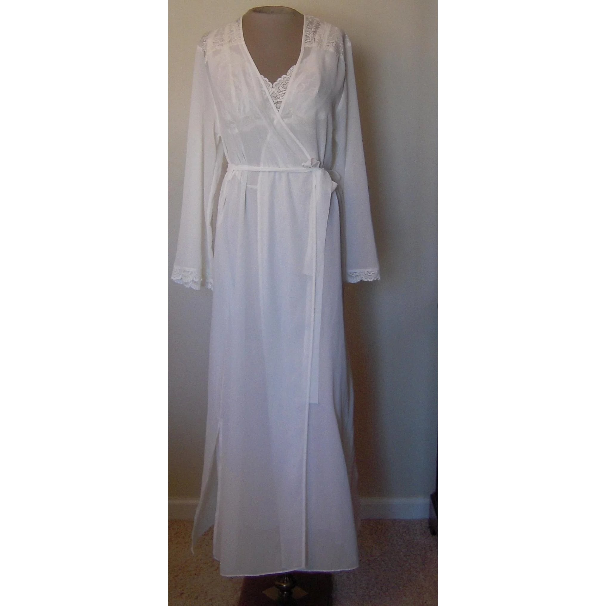 Valerie Stevens Soft White Nightgown and Robe with Lace : Beca\'s ...