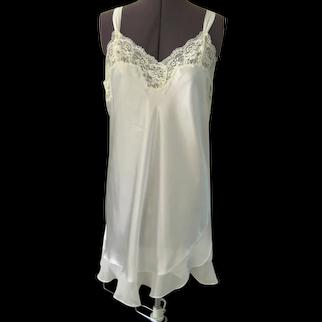 Oscar de la Renta Short White Nightgown with Ruffle