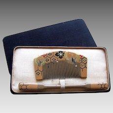 A boxed set of vintage Japanese hair comb and hair pin geisha set (AIE)