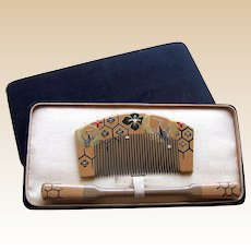 A boxed set of vintage Japanese hair comb and hair pin geisha set (AIE)