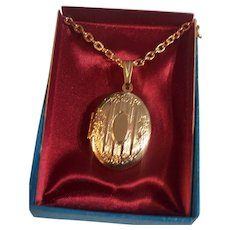 Gold tone Oval Photo Locket Pendant on Chain Necklace