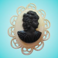 Fabulous Art Deco Celluloid Black Cameo Cream Scalloped Oval Vintage Brooch Pin