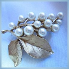 Crown Trifari Classic Gold plated Leaves fx Pearls Brooch Excellent