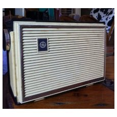 Vintage GE General Electric plastic transistor radio