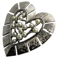 White Synthetic Pearl Heart Brooch