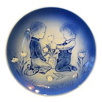 Desiree Mors Dag Mothers Day Plate A Surprise for Mother 1975 Blue White