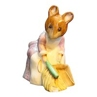 F Warne Beswick Beatrix Potter Hunca Munca Sweeping Figurine c. 1951 BP3b Chip
