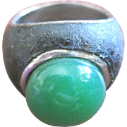 Vintage rhodium plated green glass cabochon RING signed Lavin, Paris size 6 1/4.