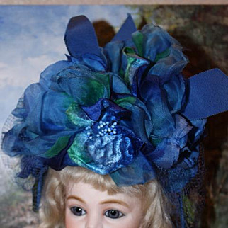 """Vintage womens hat in royal blue and emerald green colors. Great for dolls too. Shown on a 12 1/2"""" head circumference and a 16"""" head circumference head.  Very dramatic!! Perfect for dolls!"""
