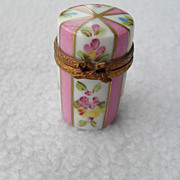 Vintage Limoges Peint Main Pill Box Flowers/Ribbon/Bow