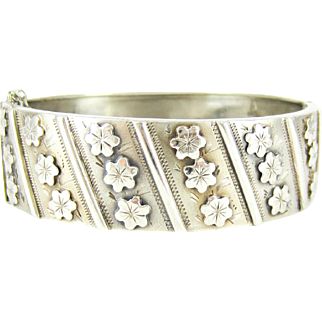 Vintage French Floral Bangle Bracelet, Rows of Flowers & Engraving in Sterling Silver. Circa 1910s.