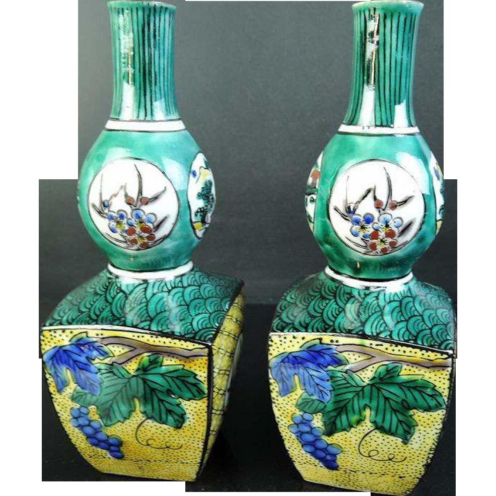 Japanese Vintage Pair of Kutani yaki Porcelain Tokkuri Bottles by Asakura Isokichi 朝倉