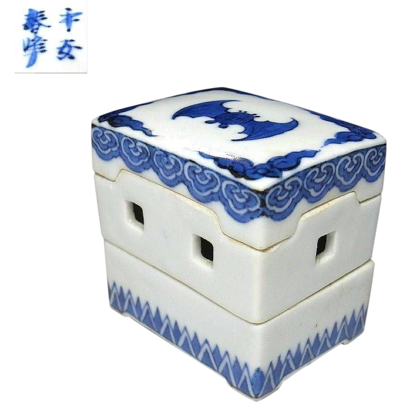 Japanese Kyoto ware Porcelain Kogo or Lidded Box by Famous 1st Class Potter Heian Shunpo Inoue II