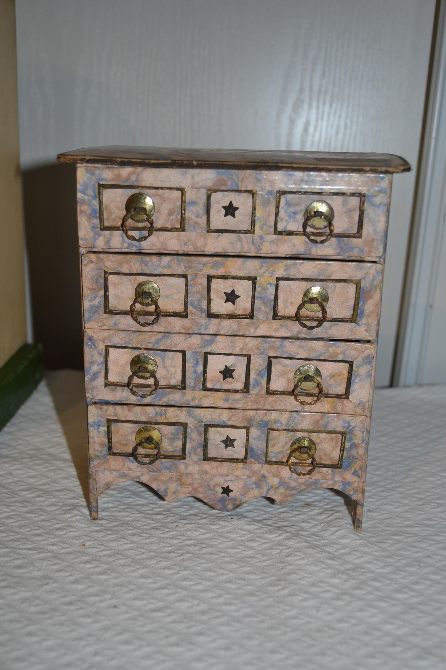 Charming chest of drawers for your fashion doll