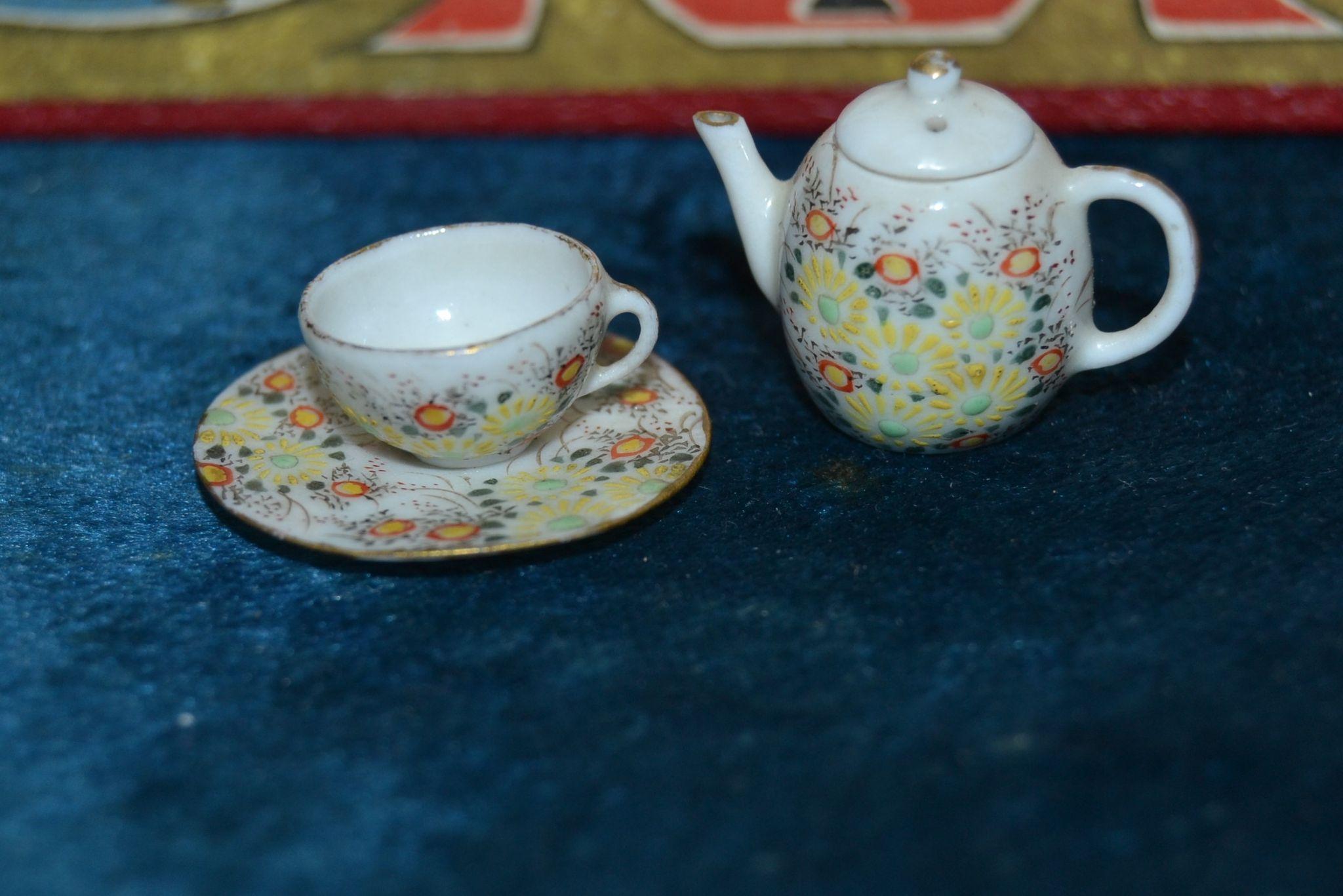 Selfish china tea set 1900 for doll's houses
