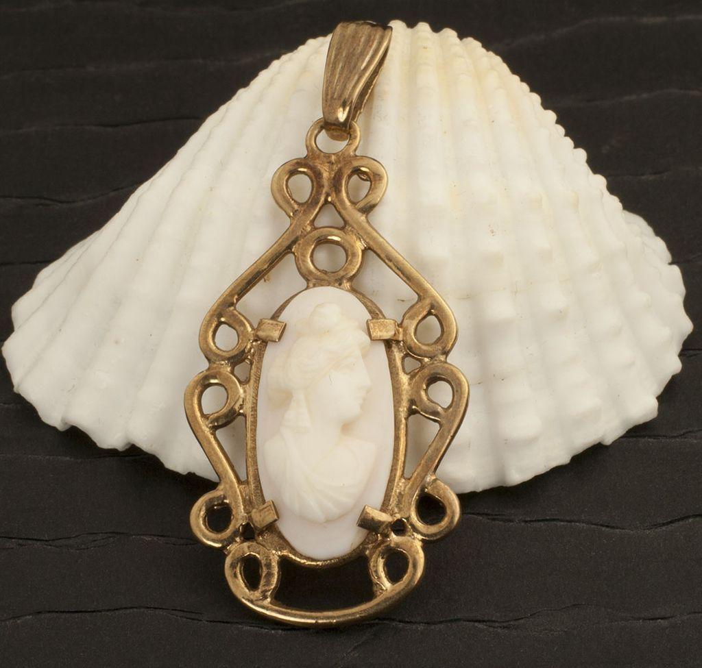 Vintage 10 Karat Gold Shell Cameo Pendant