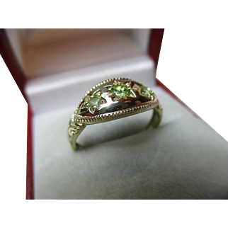 Pretty Antique Style 9ct Solid Gold 3-Stone Peridot Gemstone Ring