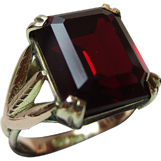 Quality Antique 9ct Solid Gold 'Tablet Shaped' Garnet Gemstone Ring{5.1 Grams}