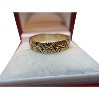 Attractive Vintage{London 1987} 9ct Solid Gold 'Star Engraved' Wedding Band Ring