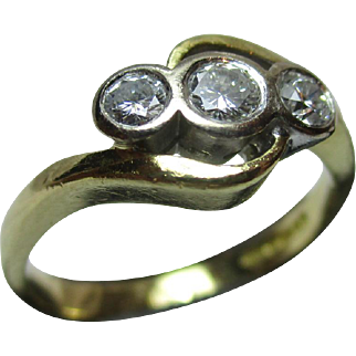 Decorative Vintage 18ct Solid Gold 3-Stone Diamond Gemstone 'Crossover' Ring{0.37ct Weight}