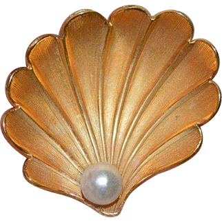 GIOVANNI Faux Pearl-in-a-Shell Brooch Pin