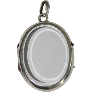 A fine antique French silver oval locket pendant with bevelled glass - circa 1900