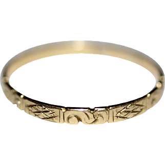 A fine antique Georgian 18 carat yellow gold chased band ring - English circa 1800-1830
