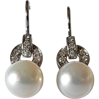 A vintage pair of pearl (cultured) drop earrings mounted on white gold (750 ) /diamonds.