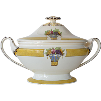 A Wedgwood ( Etruria ) tureen , 'Directoire' collection, early 20th century.