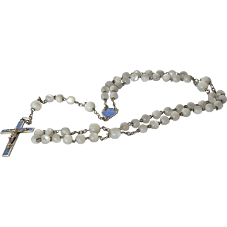 An early vintage rosary bead set, 1945c.