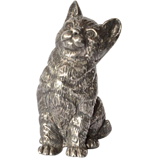 A vintage sterling silver (925 ) seated cat.