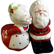 Kissing Santa & Mrs Claus Salt & Pepper Shakers Geo Z Lefton Christmas China Figurines 1984