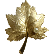 Vintage Sarah Coventry Gold Tone Leaf Faux Pearl Brooch Pin Costume Jewelry