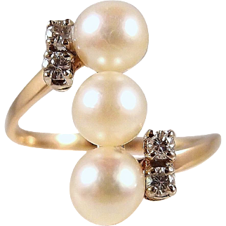 Three gorgeous Japanese pearls ring enhanced with 4 natural diamonds on 18K solid gold Stamped