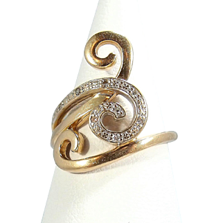 Attractive modernist abstract ring in 18K solid gold adorned with 9 small diamonds Stamped Vintage French jewelry