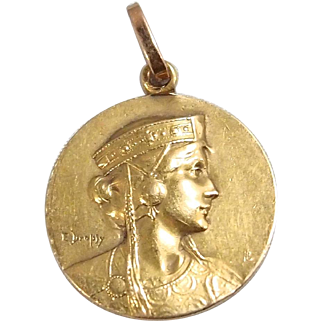 Art Nouveau medal in 18K solid gold Signed and dated by designer Stamped fine French gold pendant