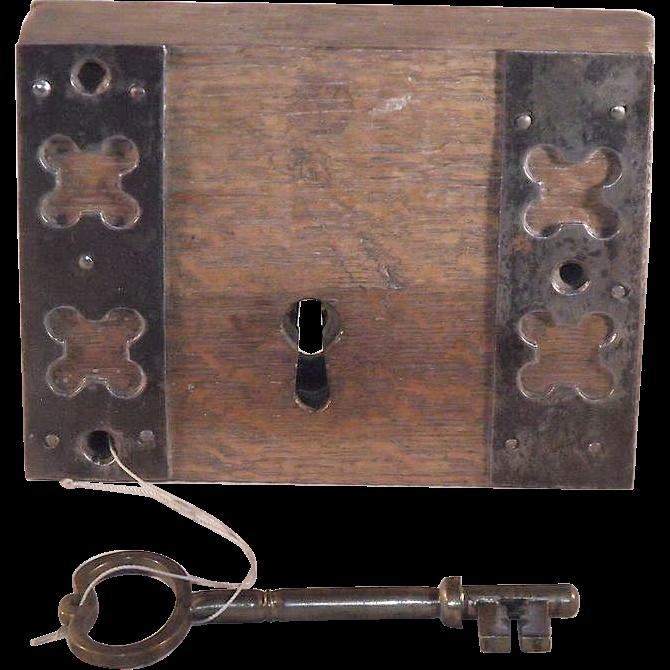 Superb 18th century english door lock with original key for 18th key of the door