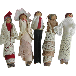 Five vintage peg dolls.